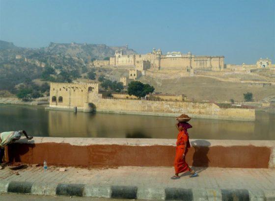Eine Frau auf einer Brücke in Nordindien