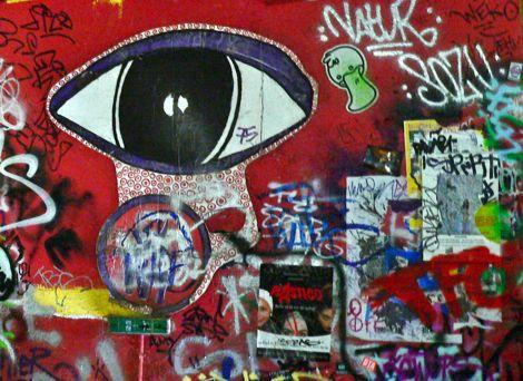 Eine bunte Graffiti-Wand mit einem großen Auge.