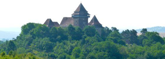 Auf einem Hügel über Weißkirch thront die malerische Kirchenburg