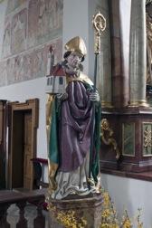 Eine Heiligenfigur mit einer Kirche am Arm