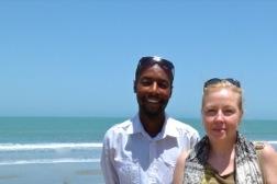 Jato  und die Autorin - im Hintergrund das Meer