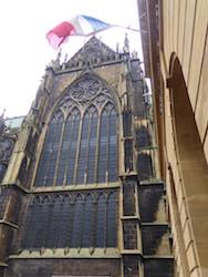 Die mächtige Glasfassade der Kathedrale von Metz ist von außen eher unscheinbar. Von innen leuchtet sie in vielen Farbschattierungen - entstanden ist sie durch die Hand vieler Künstler über Jahrhunderte hinweg.
