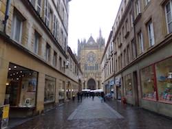 Die Kathedrale ist das Zentrum der Altstadt. In ihren Gassen fängt sich der Schall der mächtigen Glocke.
