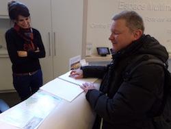 Im Tourismusbüro liegt ein Stadtführer in Brailleschrift bereit. Die Mitarbeiterin hier auf dem Bild freut sich offenbar, dass auch tatsächlich Nachfrage danach besteht.