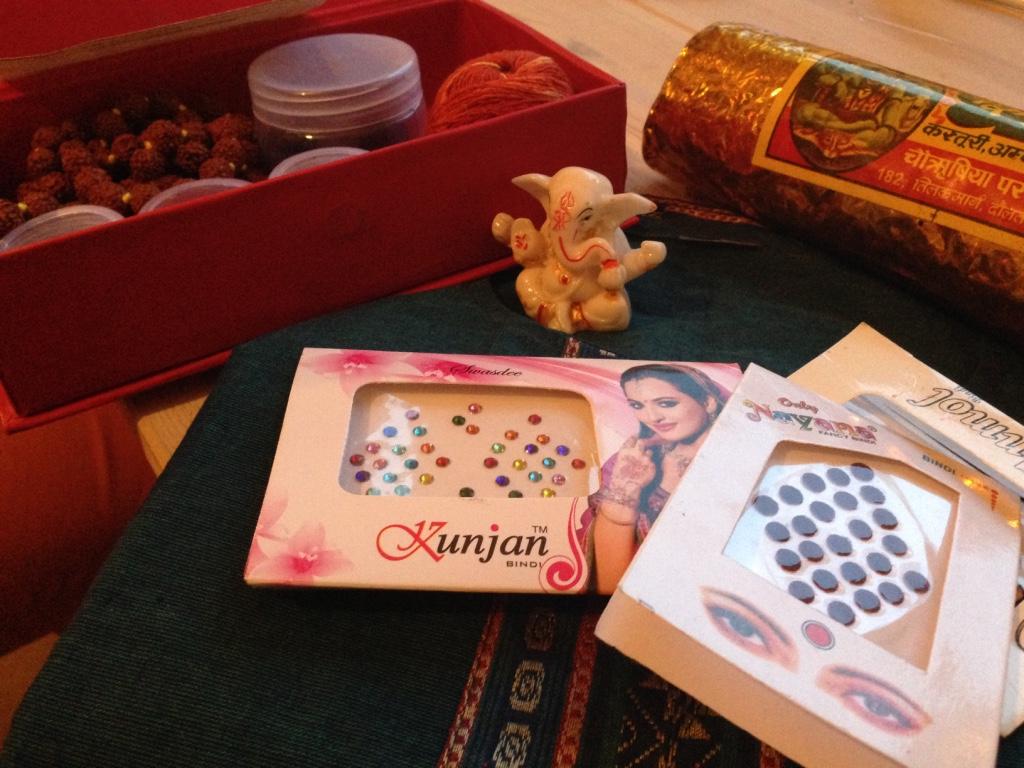 Indische Mitbringsel, um das Thema Hinduismus meinen Mitschülern besser erklären zu können: Götterstatuen, Bindis, Gebetsketten, Räucherstäbchen, Kleidung