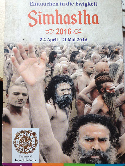 Die Broschüre für die Simhasth Kumbh Mela in Ujjain zeigt viele mit Asche beschmierte Sadhus auf dem Weg zum heiligen Bad