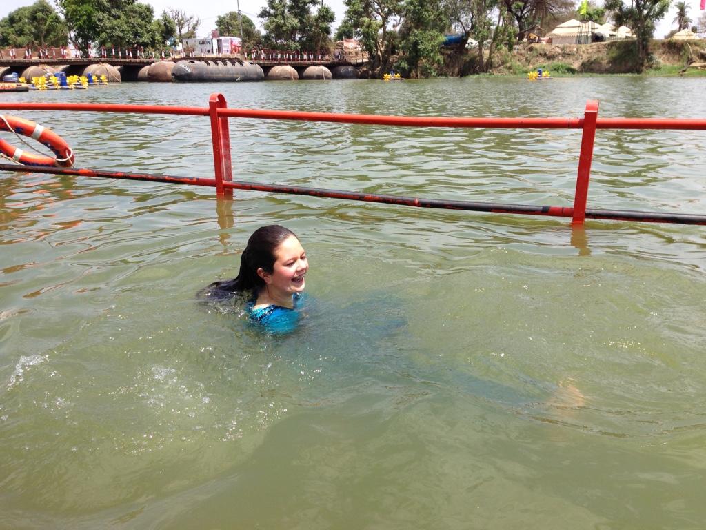 Tamuna beim Bad im Fluss Kshipra in Ujjain