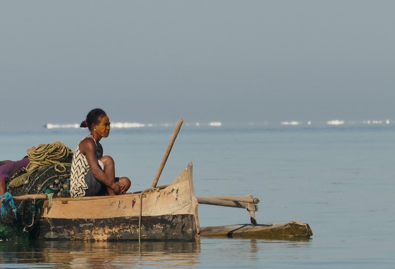 Frau auf Boot am Meer, Madagaskar