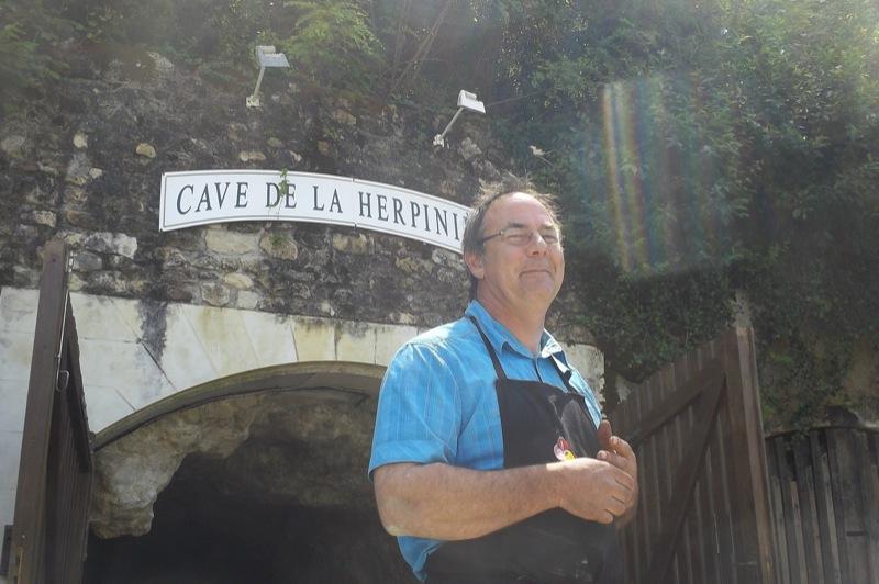 Christophe, Bio-Winzer aus Passion und Tradition vor seiner Höhle