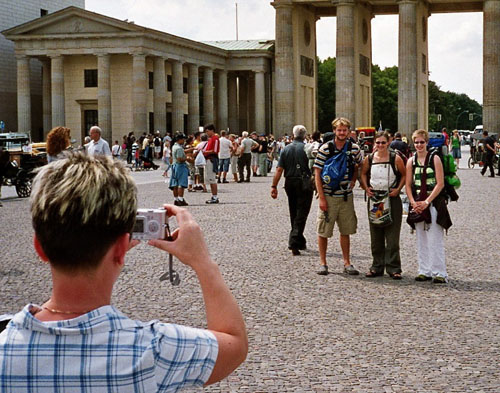 Touristen vor dem Brandenburger Tor in Berlin