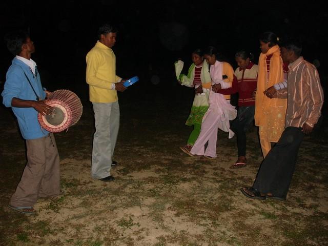 Nach getaner Arbeit spielen die Arbeiter am Abend zum Tanz auf