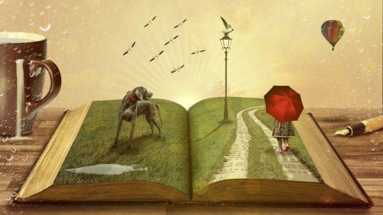 Eine Zeichnung von einem Buch auf einem Tisch, im Hintergrund eine Tasse Kaffee und ein Stift, am Horizont ein Ballon. Die Buchseite sieht aus wie eine Wiese, darauf ein Hund, ein Weg, auf dem ein Mädchen spaziert und ein Windrad. Am Himmel fliegen Vögel.